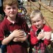 Kinder mit Welpen 1