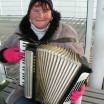 Akkordeonspielerin auf Seebrücke 1