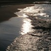 Ostseebrandung im Gegenlicht mit braunem Strand 1
